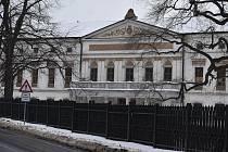 Dominantou Jindřichova ve Slezsku je zámek. Před deseti lety se stal majetkem obce.