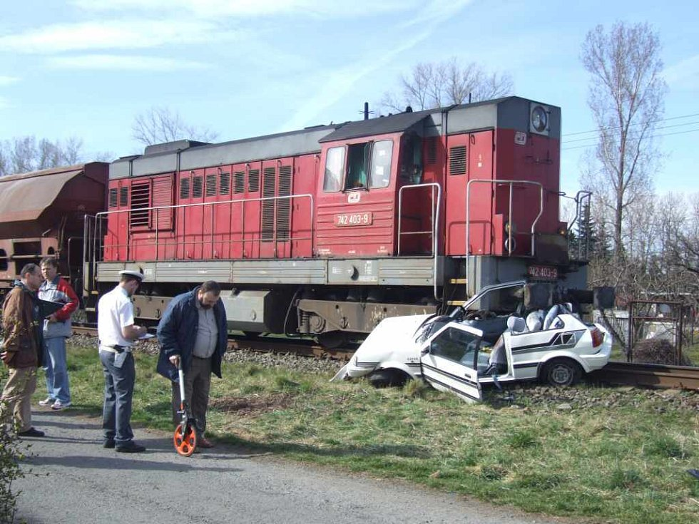 Vlak vlekl automobil několik desítek metrů.