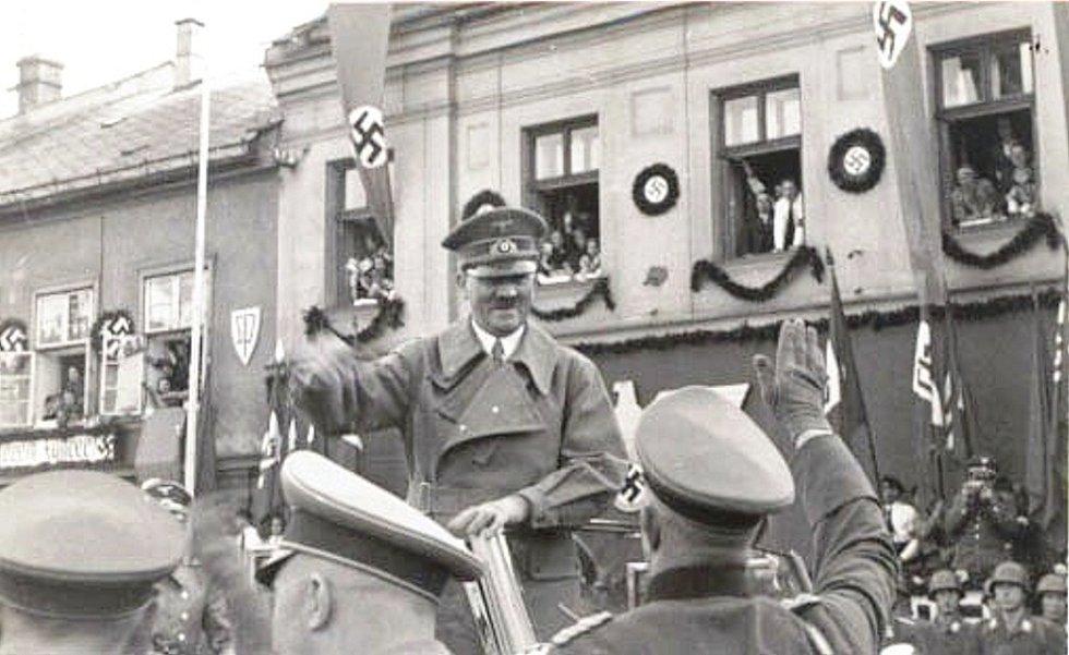 ADOLF HITLER zvedá pravou ruku k nacistickému pozdravu na náměstíMíru v Bruntále v roce 1938 před polským tažením.