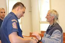 Hroší kůži má zatím osmnáctkrát soudně trestaný recidivista Bohumil Kanský z Karviné Mizerova. K bruntálskému soudu ho přivezli z věznice v Kynšperku, další soudy ho čekají v Berouně a Kolíně.