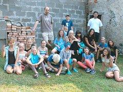 Farní tábor si mladí lidé užívali minulý týden v Malé Morávce. Duchovním otcem jim byl morávecký farář Marek Žukowski (nahoře vlevo), který se stará v bruntálském okresu hned o pět farností.