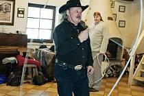 Profesionální lasař, westernový jezdec a sedlář Josef Pelc ve Western Arts Clubu v Janovicích, v pozadí Ladislav Šín.