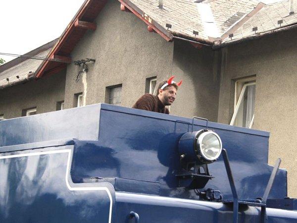 Lokomotivu obsadí čerti, andělé zas vagony a Mikuláš bude čekat na nádraží vOsoblaze. Tak bude vypadat Mikulášský parní vlak, který pojede Osoblažkou vsobotu 5.prosince.