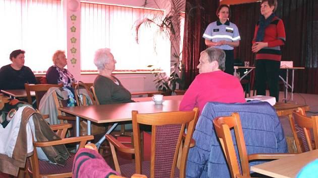 Policejní mluvčí Pavlu Jirouškovou přivítala ve Střeše na besedě se seniory vrbenská místostarostka Květa Kubíčková (na pódiu vlevo).