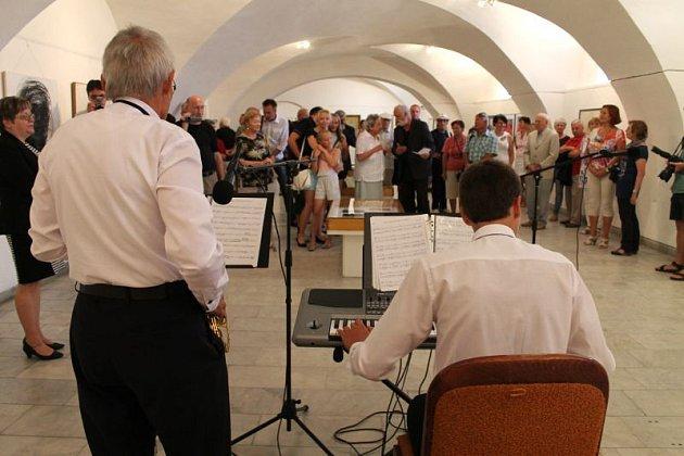 Jindřich Štreit hovoří knávštěvníkům vernisáže výstavy Ticho kresby.