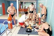 Vodní záchranáři každou sobotu na bruntálském bazéně nejen plavou a trénují, ale věnují se i nácviku první pomoci.