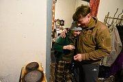 Babička, které je 72 let, nechce opustit svůj domek přímo na hranici kontaktu obou znepřátelených armád.  Vesnice Krasnohirivka.