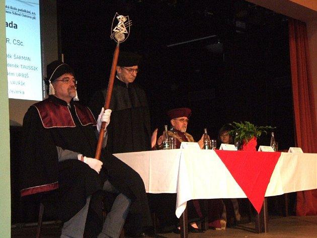 Absolventi druhého ročníku bruntálské pobočky ostravské školy podnikání si přišli do Společenského domu pro diplomy.