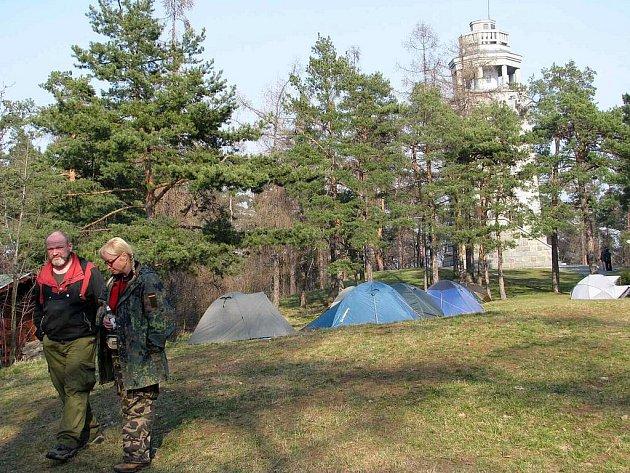 Zimní táboření pod uvalenskou rozhlednou má už osmiletou tradici.