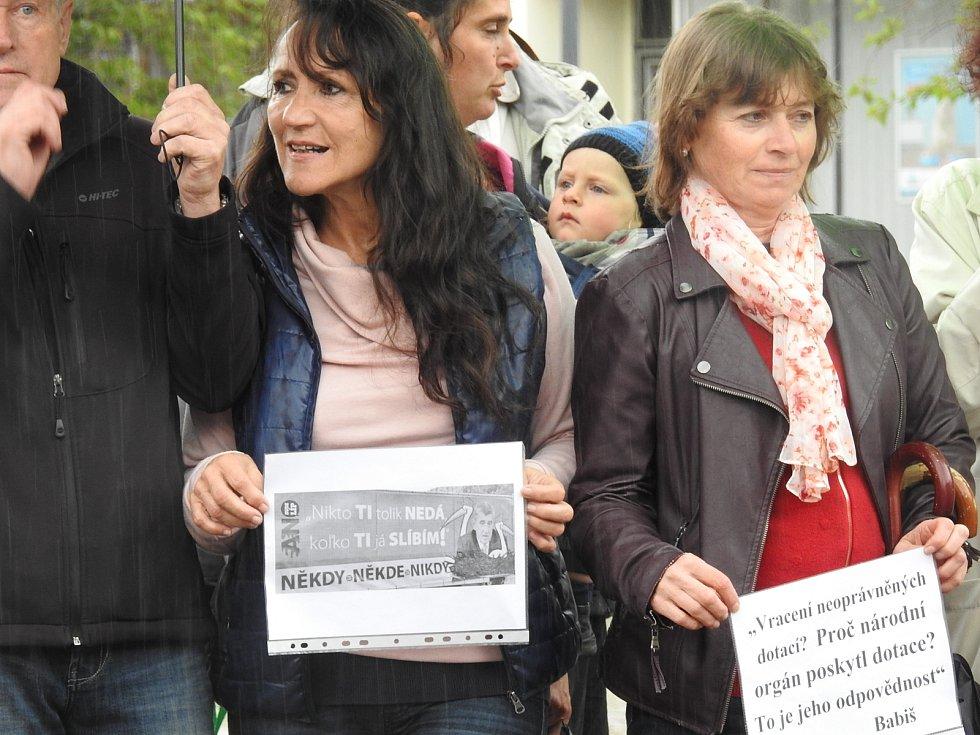 Na bruntálském náměstí se navzdory dešti sešlo asi třicet demonstrantů. Přišli podpořit iniciativu, která vyzývá premiéra Babiše k odstoupení.