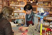 Místní obyvatelka si bude dělat věnec sama. Od Jany Navrátilové v obchůdku Květiny u kostela si právě kupuje ozdoby na jeho výrobu.