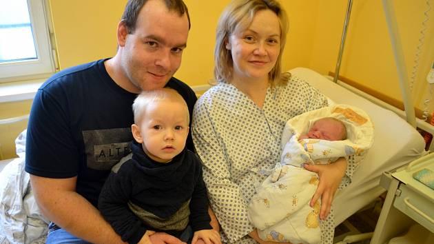 Pvní miminko roku 2019 bruntálského okresu Matěj Tošenovský na snímku s maminkou Kristýnou, s tatínkem Jirkou a s bráškou Jiříkem.