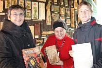 Pavla Dluhoschová (vlevo) zastoupila ředitele Slezského zemského muzea v Opavě při přebírání anděla od Heleny Vaculíkové a Petra Pluhaříka.
