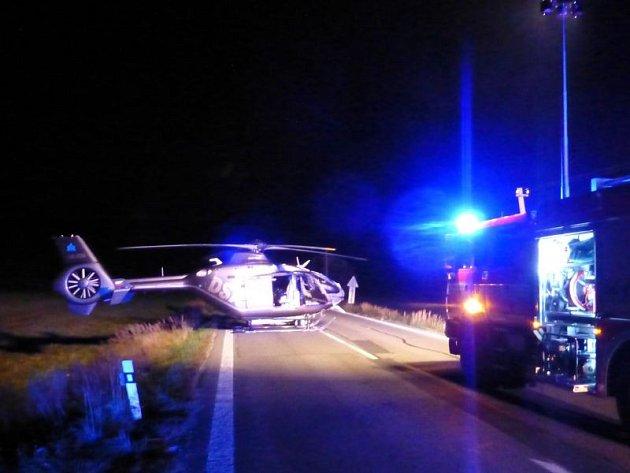 Hasiči osvítili silnici, aby pilot vrtulníku mohl v noci bezpečně přistát na silnici u Valšova a naložit zraněného mladíka.
