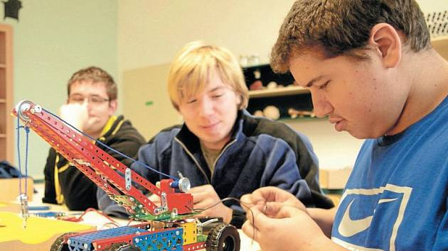 Žáci sestavili funkční jeřáb s pohonem elektromotoru.