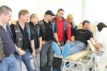 Viktor Kaplan, Petr Machů, Pavel Melichárek, Josef Novák, Roman Stuchlík a Blanka Jiráska přihlížejí odběru krve Milana Nevrtala.
