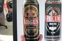 """Podobnost Argusu Strong (vlevo) s hlubčickým pivem Special Mocne (vpravo) je čistě náhodná? Lidl informace o svých výrobcích a dodavatelích považuje za interní záležitost a nesděluje je. Zákazník se musí spokojit s konstatováním """"vyrobeno v Polsku""""."""