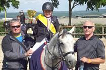 Štěpán Filip z Rýmařova (uprostřed) získal na svém koni Bam dvě zlatou medaili na mistrovství republiky. Vlevo jeho otec František Filip, vpravo dědeček a trenér v jedné osobě Josef Kincl starší.