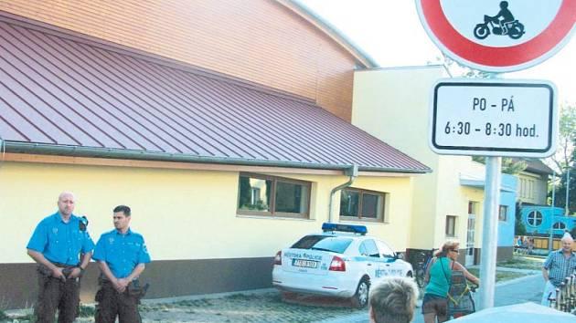 Strážníci krnovské městské policie dohlíželi první školní den na dodržování nového značení u základní školy na Janáčkově náměstí v Krnově. Od půl sedmé do půl deváté zde v pracovní dny platí zákaz vjezdu všech motorových vozidel.