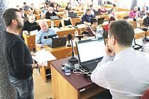 Richard Vodička (stojící vlevo), zástupce pražské firmy BRACKELS LIMITED představil zastupitelům vizi přebudování bývalých jeslí na dům pro seniory.