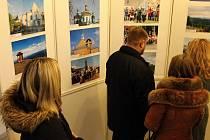 Fotografie Nadvirne byly při této příležitosti vystaveny na schodišti krnovské radnice.