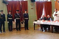 Kněz Dariusz Jan Cecerski v sále Společenského domu v Bruntálu požehnal prapor Sdružení dobrovolných hasičů okresu Bruntál.