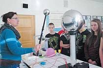 Blesky přeskakují mezi velkou a malou koulí ve Van de Graaffově generátoru. Albrechtičtí školáci netušili, jak může být učivo o elektrostatice zábavné.