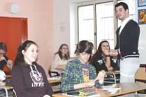 Lukáš Kerhart upřednostňuje osobní přístup. Studenti si navíc mohou být jistí, že ví, o čem mluví: sám v cizině žil, čerpal vědomosti i pracoval.