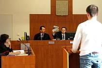 Soudce Lumír Čablík ukázal pistoli, kterou odsouzený recidivista Stanislav Kocůrek ohrožoval kvůli padesáti korunám číšníka z Družby.