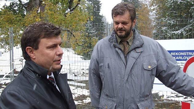 Tomáš Böhm (vlevo) se jako ředitel krajské správy silnic přijel podívat na stav vozovek v regionu, provázen rýmařovským místostarostou Jaroslavem Kalou.