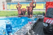 Dokončit nátěr a vše je připravené na další sezonu. Fontána se sousoším Rodina sochaře Miroslava Jiravy může začít stříkat vodu.
