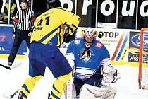Krnovští si doma poradili s Orlovou. Na snímku střílí na gólmana Koláře Tomáš Kubík.
