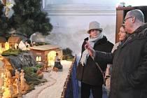 František Nedomlel představil tento týden prvním návštěvnicím bruntálského kostela na náměstí Jana Žižky betlém, jehož autorem je jeho otec Josef.