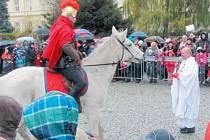 Svatý Martin na bílém koni letos nepřivezl sníh, ale jen déšť a ochlazení. Rozdělil se s promrzlým žebrákem o svůj plášť a pak přijal z rukou kněze symbolický klíč k branám Krnova, aby město ochraňoval a připomínal místním občanům potřebu soucitu.