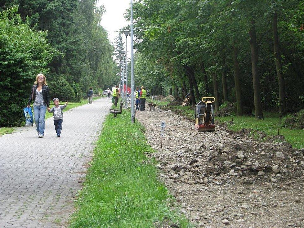 Budování sítě cyklostezek začalo v Krnově na Opavské ulici. Každý den přibývají směrem do centra metry nové komunikace ze zámkové dlažby. Letos se protáhne až ke Kauflandu. Následovat budou cyklostezky na Revoluční, Bruntálské a Albrechtické ulici.