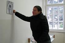 Odstranění díla neznámého umělce si vzala na starost vedoucí projektu amatérských výtvarníků Lenka Vaňková.
