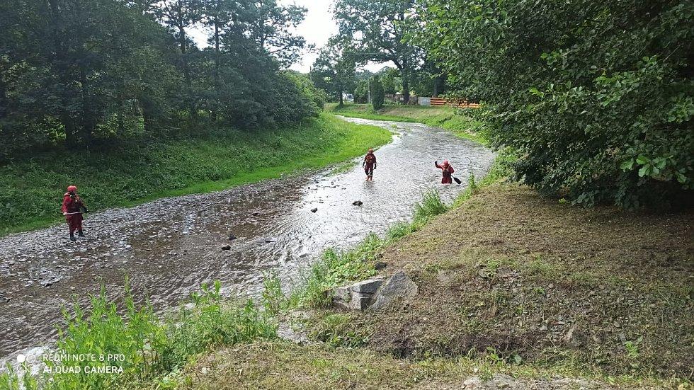Policisté ve spolupráci s hasiči stále pátrají po ženě, která měla být na Bruntálsku při povodních spatřena ve vodním toku. Pátrání trvá od 20. června.