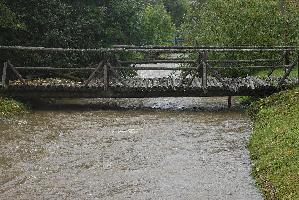 """Na potoku Krasovka v Radimi byl vyhlášen nejvyšší povodňový stupeň """"ohrožení"""". Zatím se daří udržet vodu v korytě."""