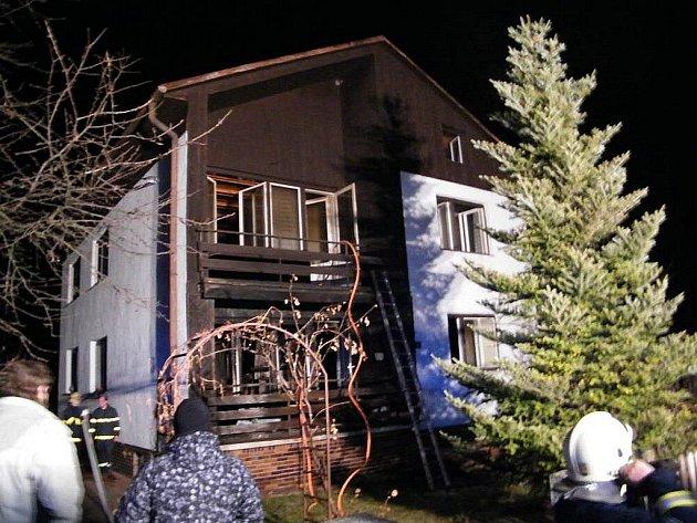 Dvě jednotky hasičů zasahovaly v pátek 4. března večer v Městě Albrechtice (okres Bruntál) u požáru rodinného domku, způsobeného zřejmě krbem.