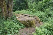Pověstmi opředený puklý kámen na vrcholu Velkého Roudného. Jak je možné, že otisk boží nohy nikdy nevyschne?