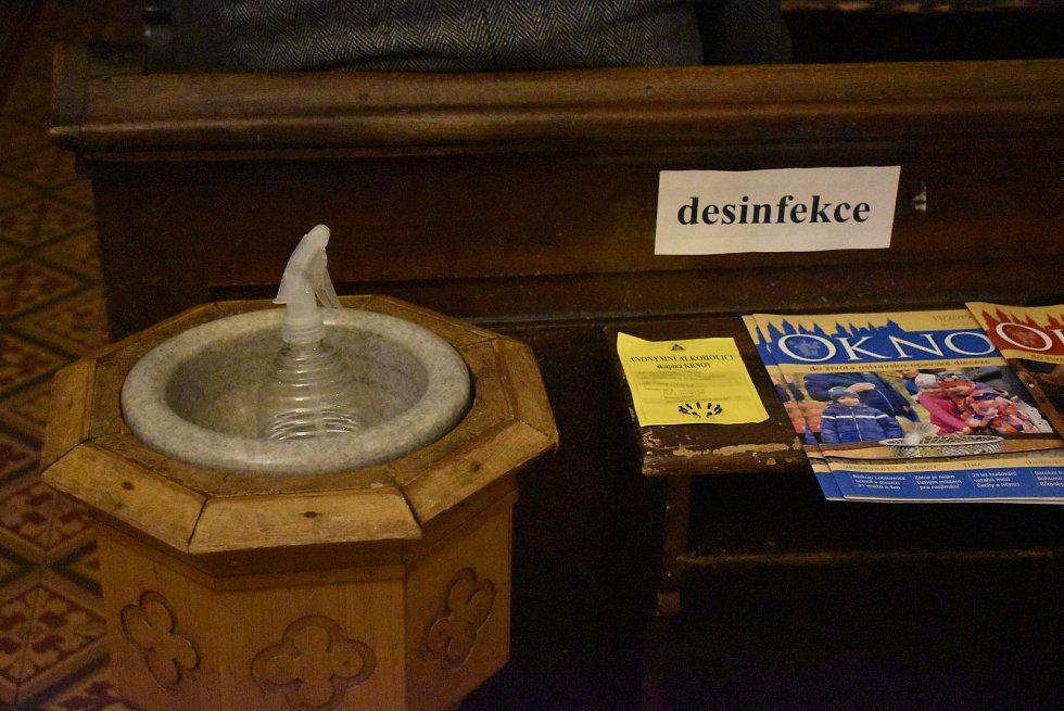 V krnovském kostele sv. Martina je v kropenkách místo svěcené vody dezinfekce rukou.