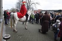 Svatý Martin na svém běloušovi Omarovi přijel na nádraží v Třemešné. Připil si vínem s výletníky, kteří se vydali parním vlakem na Svatomartinské hody do Bohušova.
