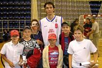Mladí basketbalisté se v Opavě setkali s v současnosti nejlepším českým hráčem Jiřím Welschem.