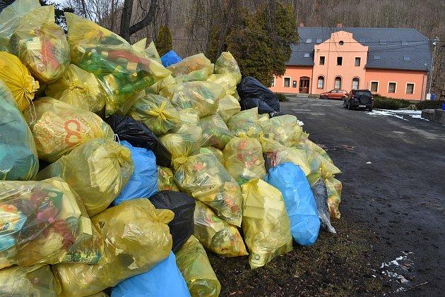 Při výletu spytlem do přírody vHolčovicích nezapomínejte na třídění odpadu.