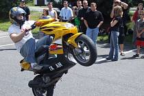 V Krnově motorkáři předvedli kaskadérskou exhibici.
