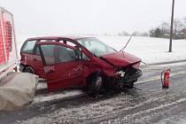Dvě jednotky hasičů zasahovaly v pátek ráno v Miloticích nad Opavou u nehody dvou osobních automobilů.