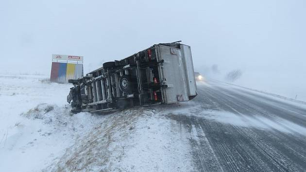 Sněhová a ledová kalamita způsobila na silnicích okresu Bruntál pět dopravních nehod.