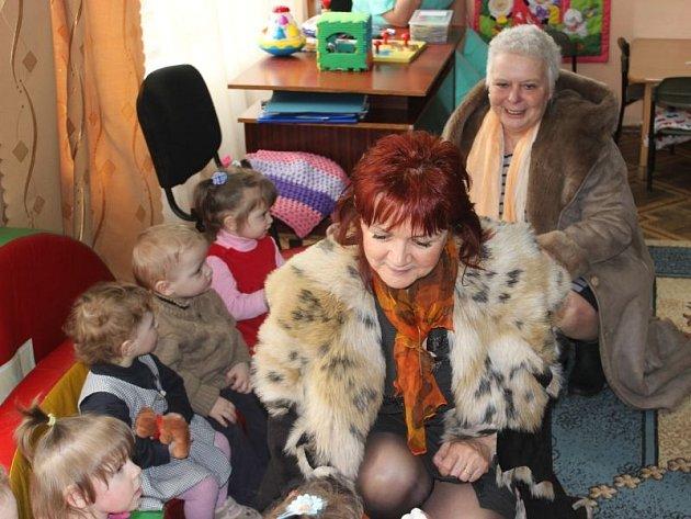 Humanitární pomoc Ukrajině má na Krnovsku dlouholetou tradici. Na snímku z letošního dubna předávají místostarostka Renata Ramazanová s Evou Markovou v dětském domově dary od krnovských úředníků.