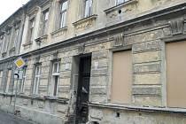 Byty v domech ve Staré ulici jsou v tak dezolátním stavu, že muselo vedení města zajistit zazdění vchodů a oken, aby zde nedošlo k úrazu.