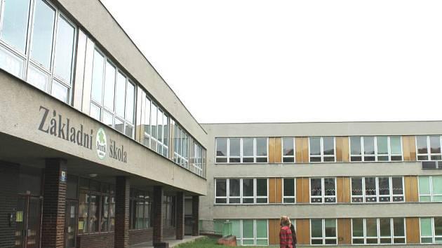 Základní škola v Cihelní v Bruntále je přístupná po zazvonění na kancelář školy, uvnitř u šaten jako první narazí lidé na školníka nebo školní personál.